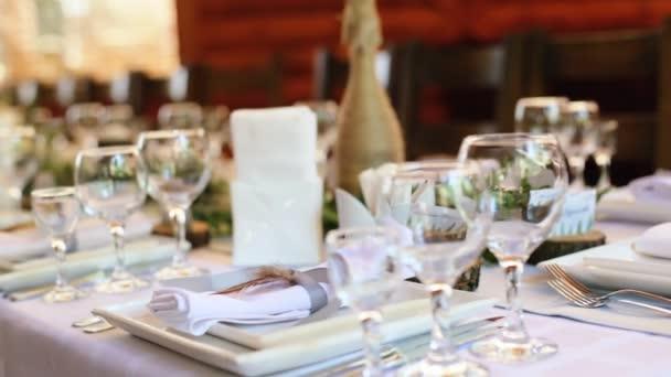 modernes Restaurant mit gedeckten Tischen, Messern und Gabeln, Möbeln, Tischservietten