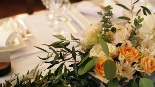 Svatební stůl zdobené svíčky, příbory a nádobí a pokryté ubrus. Banket večeře s Kouzelný dárek na desce