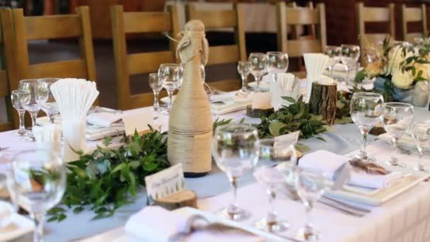 Tischdecken bei der Hochzeit. Steampunk-Stil. Brille auf. Teller, Besteck auf Bastelpapier mit Kerzenschein auf Hintergrund