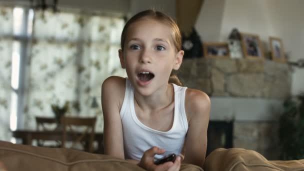 Dítě, sledování televize, malá holčička, Bavíte se na gauči, držení dálkového ovládání