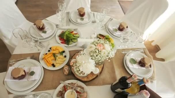 Krásně zdobené slavnostní stůl s květinami a různých potravin občerstvení a předkrmy s sendvič, vinné sklo, desky na firemní akce či svatební oslavu