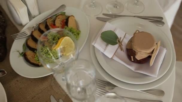 Pohled shora stravovacích služeb pozadí s občerstvení na stole hosty v restauraci na akci party