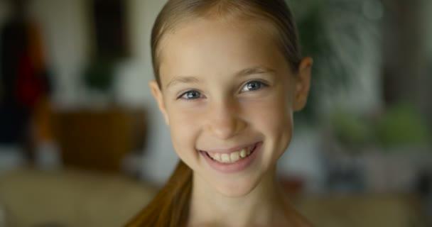 Detail často let dívka úsměvu a pohledu att kameru