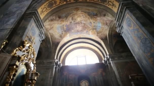 Refektář, fresky na zdech chrámu. Panoráma vnitřku chrámu. Malby, fresky, obraz zázračné