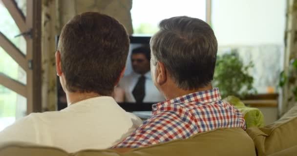 älteres Paar Beobachten Ihre Lieblings Tv Show Zu Hause Ansicht Von