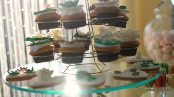 svatební stůl s sladkosti a moučníky, sladkosti pečivo, čaj tabulka, candy bar čokoládové bonbóny dovolená pro děti a mlsné jazýčky - výborné a krásné svatební dort