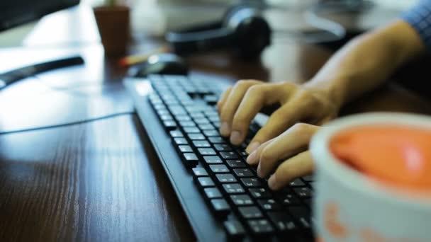 ruce, psaní na klávesnici