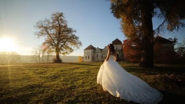 Princess Dress nő futás tündérmese erdei koncepció shot lassítva közelről
