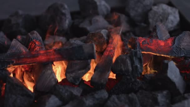 Hořící krb. Teplý příjemný hořící oheň v Cihlový krb zblízka. Útulné pozadí