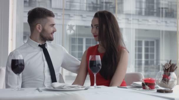 Boldog és romantikus a fiatal pár egy napon az étteremben