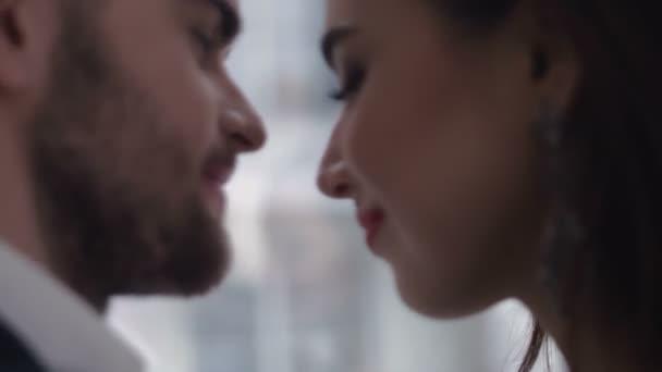Šťastný mladý pár, kteří požívají intimní chvíli, smál hodně a člověk jemně hladí jeho partneři vlasy