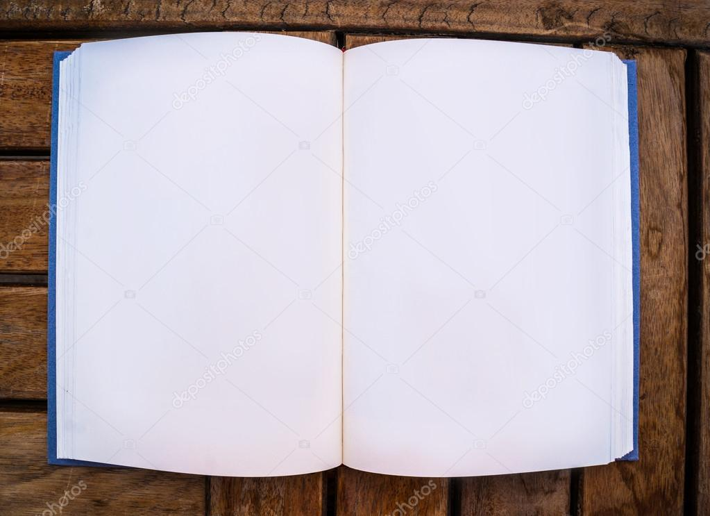 Blank open Broschüre oder ein Buch auf hellem Holz Hintergrund ...