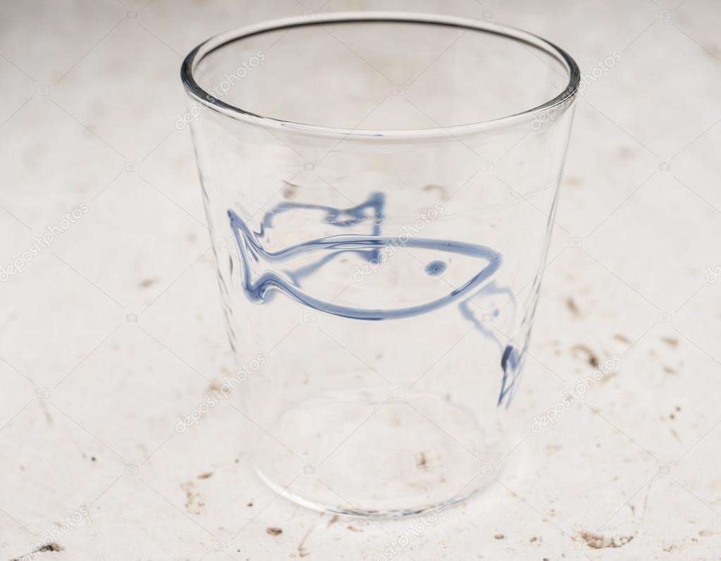 Cristallo Vetro Bevente Con Pesce Azzurro Design Foto Stock