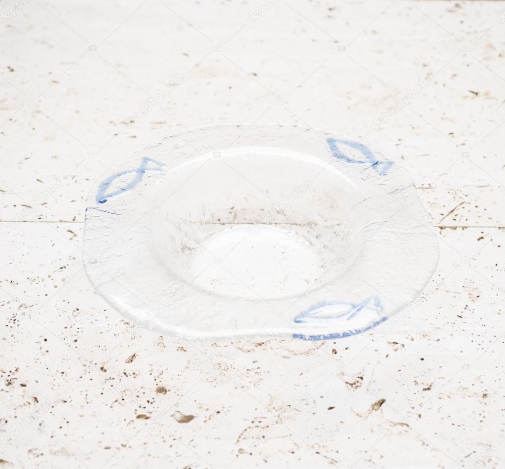 Un Portacenere Di Cristallo Con Pesce Azzurro Design Foto Stock