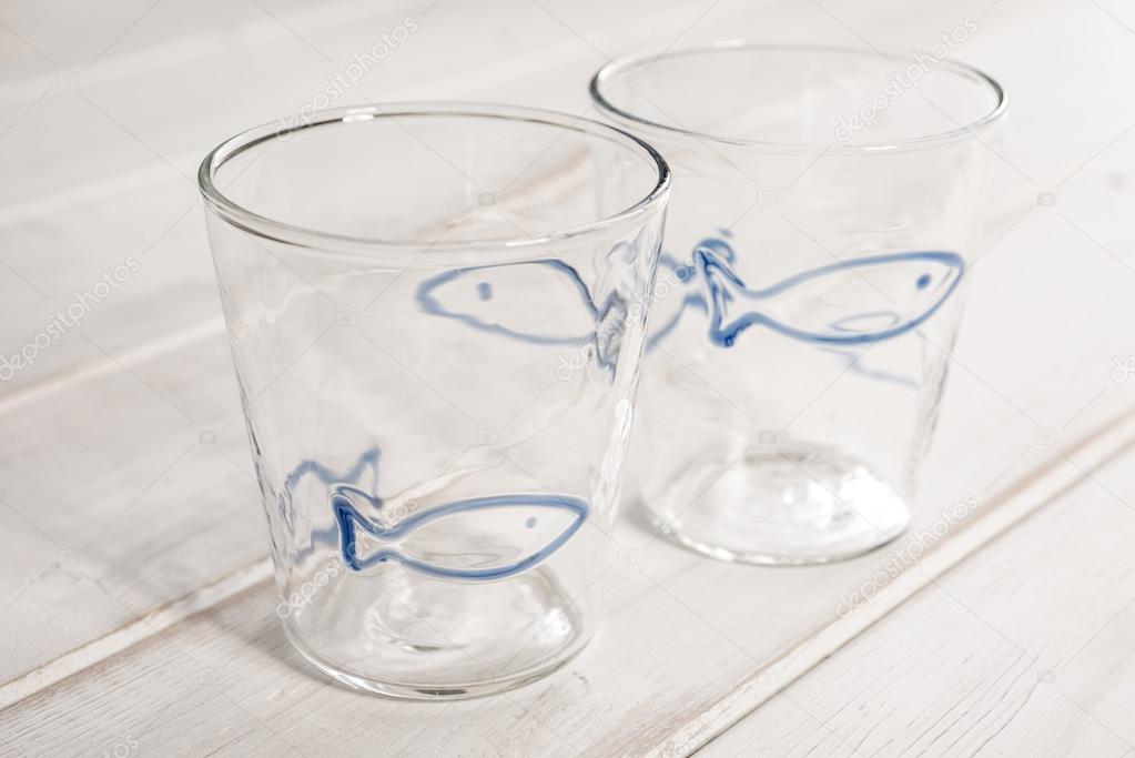 Coppia Di Cristallo Vuoto Bicchieri Con Pesce Azzurro Design Foto