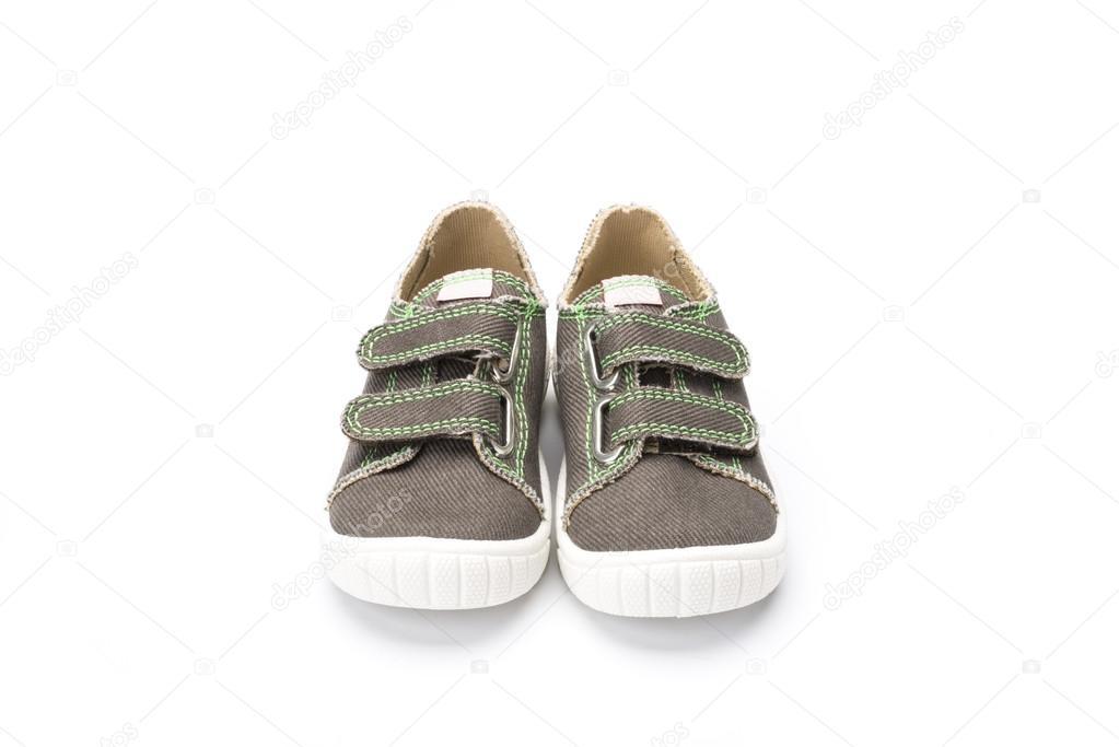 Coppia di childs tela sneaker o scarpa casual trainer con velcro cinghie  colpo su sfondo bianco con un angolazione di 3 4 — Foto di ... 573156ac2d9