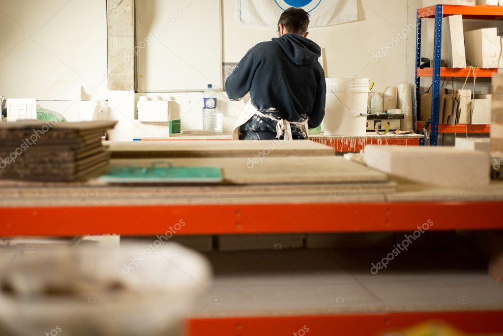 muži vyfukují práci