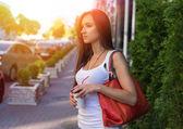 Fotografie Junge glücklich caucasian Frau Kaffee im Morgen Stadtpark im Freien genießen. Sommer-Lifestyle-Konzept zu entspannen