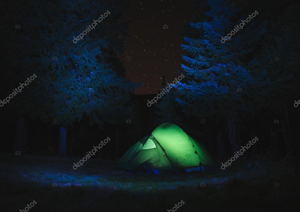 https://st2.depositphotos.com/5780522/8873/i/950/depositphotos_88736756-stockafbeelding-groene-tentverlichting-s-nachts.jpg