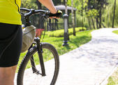 Fotografie Cyklista jede na silnici
