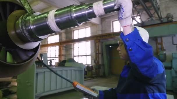 pracovník soustružník v továrně dopravní rotorové části
