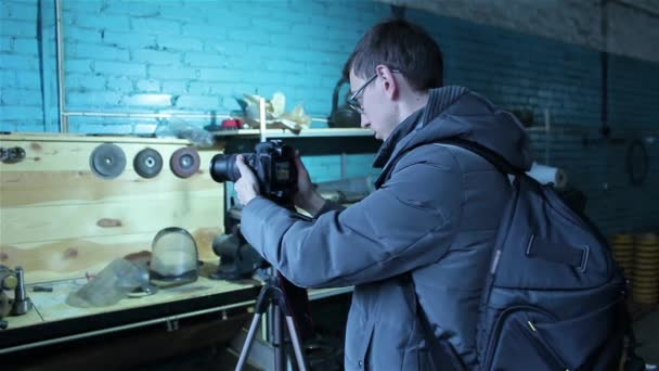 junger männlicher Fotograf macht ein Foto für Aktien