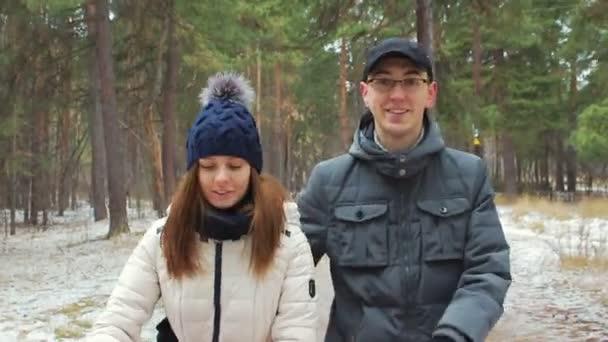 séta az erdőben, az első hó, a fiatal pár