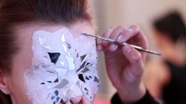 Bodyart mester teszi maszk, arc-modell