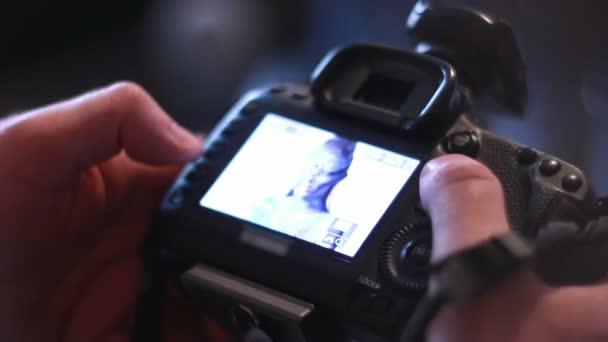 Glamour photographer shoot bodypainting model