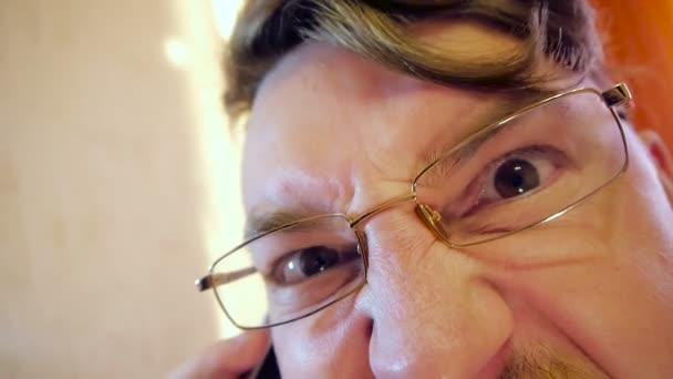 Velmi rozzlobený Crazy oko podnikatel v brýlích