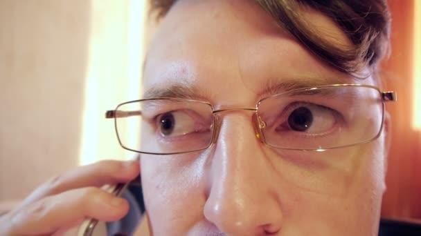omámený Crazy oko podnikatel v brýlích