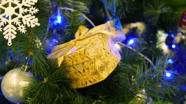 Ozdobený stromeček s dárky pole