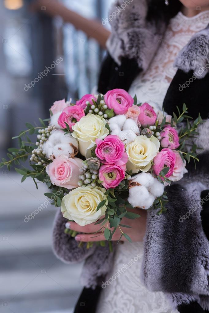 Braut Im Schonen Winter Faustlinge Halt Eine Winter Hochzeitsstrauss