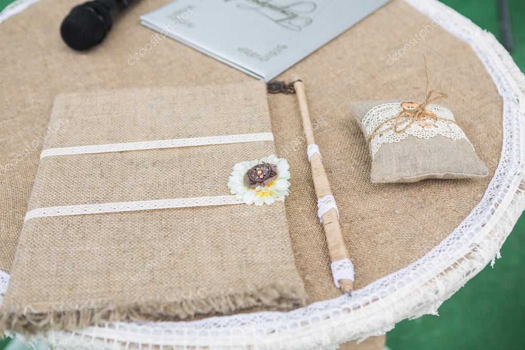 Holz Und Leinen Hand Made Hochzeitsdekoration Stockfoto