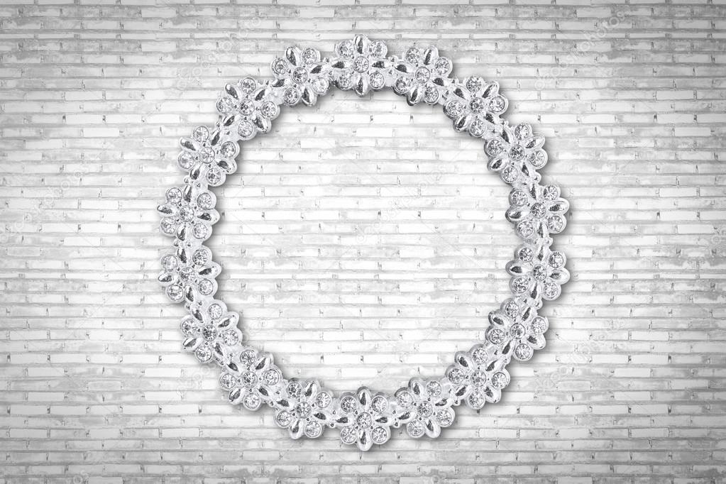 Marco de fotos de diamante en la vieja pared de ladrillo blanco ...
