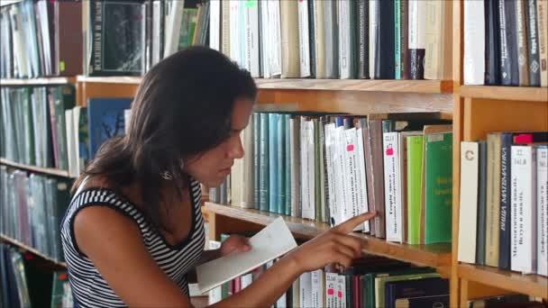 krásné studentky v knihovně 3