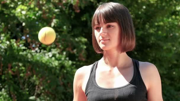 Ženské tenisové hráče hození do koule Zpomalený pohyb