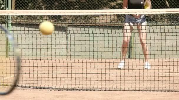 Hráči, kteří hrají na tenisový kurt zpomaleně