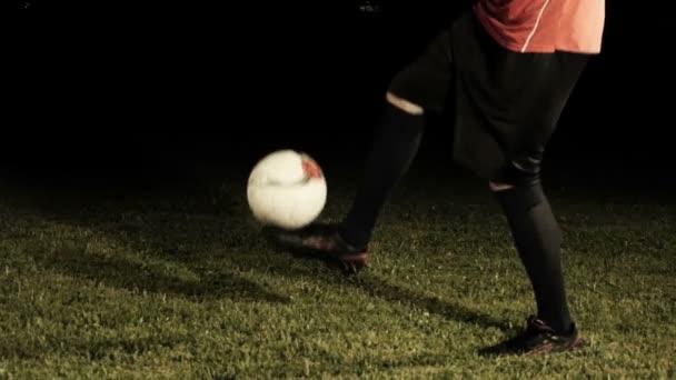 Közelről futballista zsonglőr A labda fekete háttér-lassú mozgás