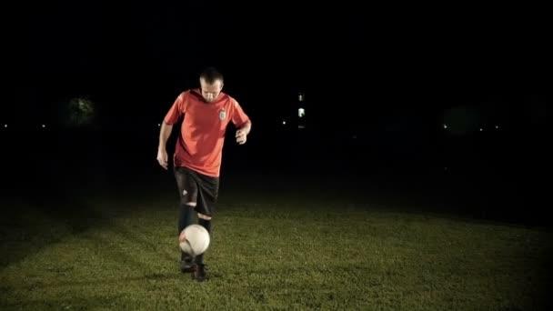Fotbalista kope míč Zpomalený pohyb