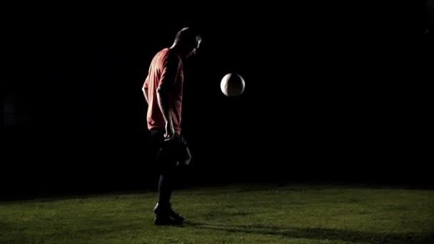 Fotbalista žonglování míč černém pozadí Zpomalený pohyb