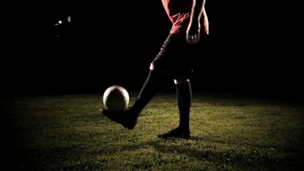 Kopat fotbal hráč míč zpomalené