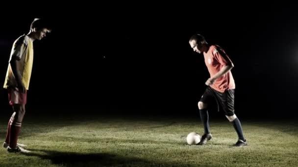 Fußballer starten das Spiel in Zeitlupe