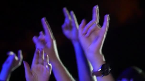 Dav na koncertě s rukama vzhůru Zpomalený pohyb 1