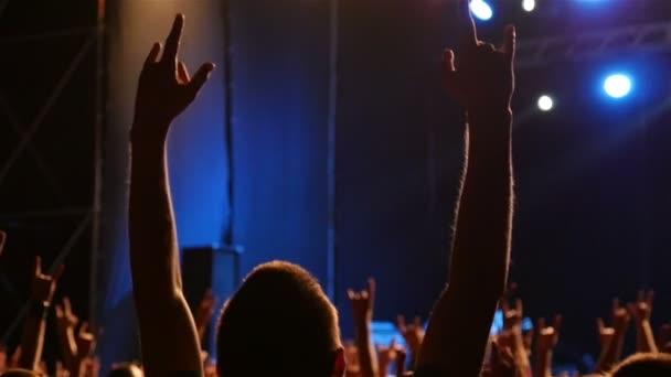 Sziluettjét az ember kezét felemelte lassú mozgás