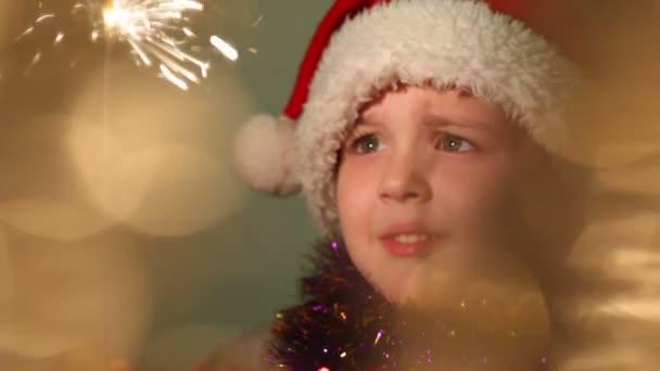 kleiner Junge verkleidet als Weihnachtsmann, soft-Fokus
