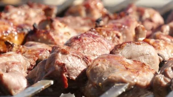 Pečené maso na jehle