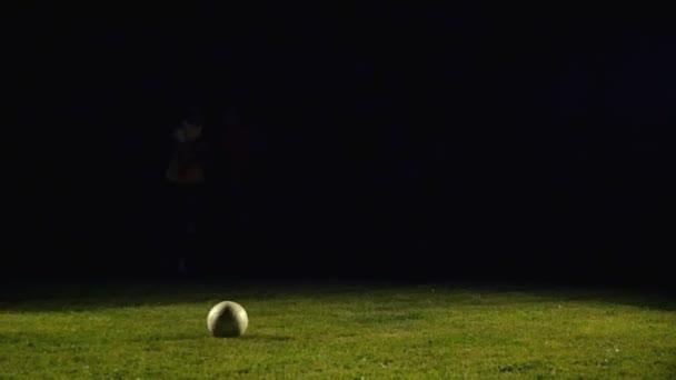 Fotbalisté hrají fotbal