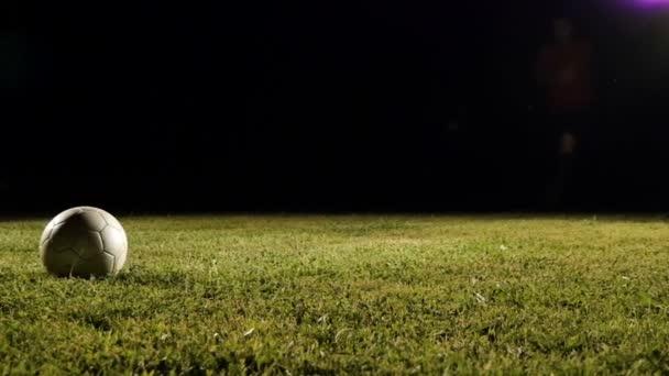 Fotbalový hráč kopne míč