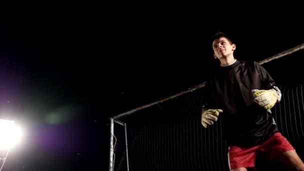 fotbalový hráč kopnout do míče